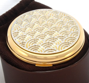 The featured gift powder compact Stratton art deco
